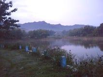 Schöner See Beschaffenheit des Berges Wasser im See stockbild