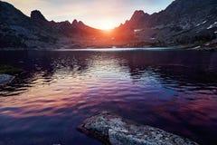 Schöner See in den Bergen in der Abendsonne Sonnenuntergang im Th Lizenzfreies Stockfoto