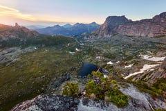 Schöner See in den Bergen in der Abendsonne Sonnenuntergang im Th Lizenzfreie Stockbilder