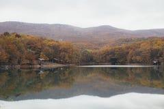Schöner See an einem Herbsttag Stockfoto