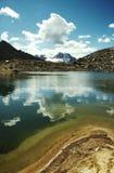 Schöner See im Berg und in den Wolken Stockbild