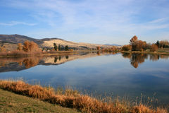 Schöner See im Herbst stockbilder
