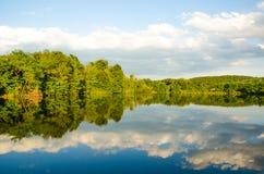 Schöner See im Sommer Lizenzfreie Stockfotografie