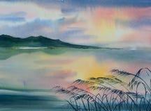 Schöner See mit olorful Himmel Stockbilder