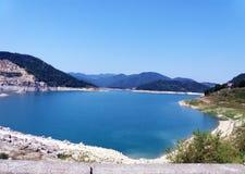 Schöner See mit umgebenden Wäldern Stockbild