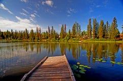 Schöner See und Dock Lizenzfreies Stockfoto