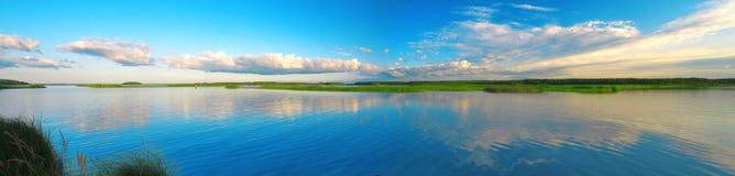 Schöner See und Sonnenuntergang stockbild