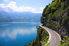 Schöner See und Straße Lizenzfreies Stockfoto