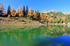 Schöner See während der Herbstsaison in Österreich Stockfotos