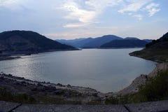 Schöner See Zaovine an der Dämmerung lizenzfreies stockfoto