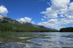 Schöner Seeblick nahe Wasser stockfotografie