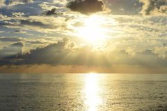 Schöner Seesonnenuntergang Stockfotos
