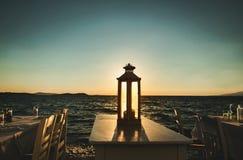 Schöner Seesonnenuntergang Ansicht vom Freiluftcafé Stockbild