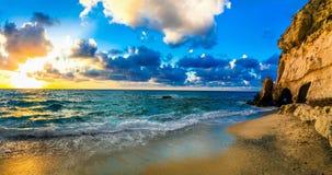 Schöner Seesonnenuntergang Strand von Tropea, Kalabrien, Italien stockfoto