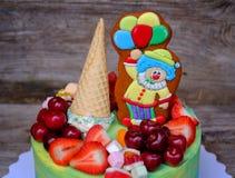 Schöner selbst gemachter Kuchen mit einer lustigen Clownzahl Stockfotos