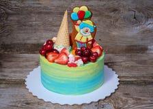 Schöner selbst gemachter Kuchen mit einer lustigen Clownzahl Lizenzfreie Stockbilder