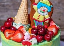 Schöner selbst gemachter Kuchen mit einer lustigen Clownzahl Stockfoto