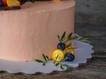 Schöner selbst gemachter Kuchen mit Erdbeeren und Blaubeeren Lizenzfreies Stockfoto