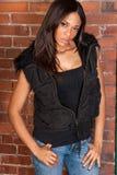 Schöner sexy Afroamerikaner-schwarze Frau, die zufälliges Schwarzes trägt Stockbild