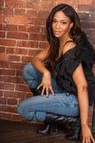 Schöner sexy Afroamerikaner-schwarze Frau, die zufälliges Schwarzes trägt Stockfotografie