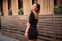 Schöner sexy Brunette auf einer Stadtstraße Stockfoto