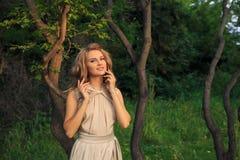 Schöner sexy Frauenweg im Park Stockfoto