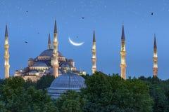 Schöner sichelförmiger Mond über blauer Moschee in Istanbul, die Türkei lizenzfreies stockbild