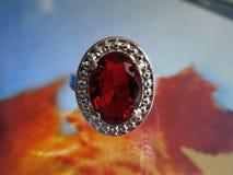 Schöner silberner Ring mit Rubin Stockfotografie