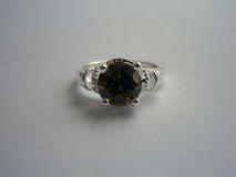 Schöner silberner Ring mit Smaragd Lizenzfreie Stockbilder