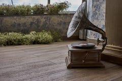 Schöner silberner Weinleseplattenspieler Retro- Grammophon Stockbild