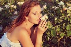 Schöner sinnlicher Blick der jungen Frau im Garten im Sommer. Weinlesefoto Lizenzfreies Stockbild