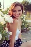 Schöner sinnlicher Blick der jungen Frau im Garten im Sommer. Weinlesefoto Lizenzfreies Stockfoto