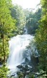 Schöner SiriTharn Wasserfall in Thailan stockfotos
