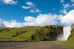 Schöner Skogafoss-Wasserfall am Sommertag, Island Lizenzfreie Stockfotografie