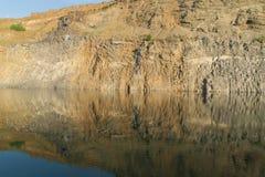Schöner Smaragdsee zwischen Felsen lizenzfreie stockfotografie