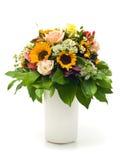 Schöner Sommerblumenstrauß im weißen Vase Stockbilder