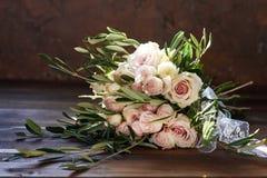 Schöner Sommerhochzeitsblumenstrauß Empfindliche helle Blumen für die Braut Vorbereitungen für Hochzeitszeremonie Wedding Brautbl stockbild