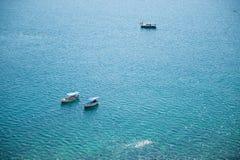 Schöner Sommermeerblick mit drei Booten mit Leuteerholungsausflug Lizenzfreie Stockfotos