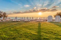 Schöner Sommersonnenaufgang auf leerem Strand Lizenzfreies Stockfoto