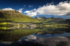 Schöner Sommertag durch das Isfjorden, norwegische Feiertage stockbild