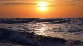 Schöner Sonnenaufgang über dem Meer stock video footage