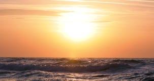 Schöner Sonnenaufgang über dem Meer stock footage