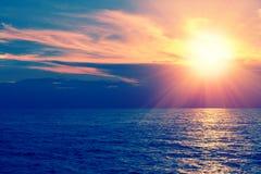 Schöner Sonnenaufgang über dem Meer lizenzfreie stockfotos