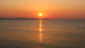Schöner Sonnenaufgang über dem Meer Nea Vrasna, Griechenland Lizenzfreie Stockbilder