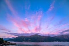 Schöner Sonnenaufgang über dem norwegischen Fjord Skandinavische Berge, Norwegen Künstlerisches Bild Karpaten, Ukraine, Europa lizenzfreie stockfotos