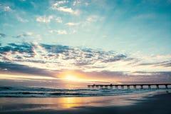 Schöner Sonnenaufgang über dem Pier in Florida lizenzfreies stockfoto
