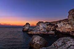 Schöner Sonnenaufgang über felsigem Ozeanstrand stockfotos