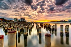 Schöner Sonnenaufgang am abandone Baupfosten Stockfotografie