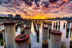 Schöner Sonnenaufgang am abandone Baupfosten Lizenzfreies Stockfoto