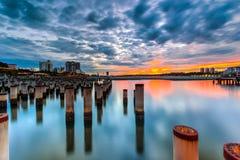 Schöner Sonnenaufgang am abandone Baupfosten Lizenzfreie Stockfotos